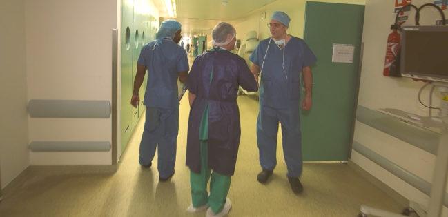 Quand le patient se rend debout au bloc opératoire