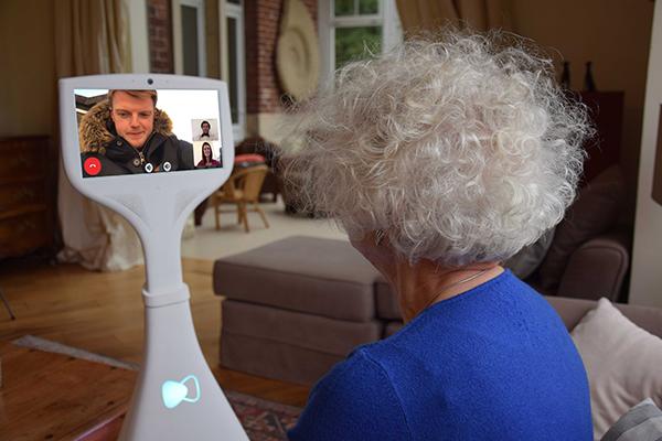 Domirob : le robot Cutii chez une personne âgée